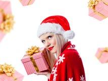 Schöne Frau, die Weihnachtsgeschenk anhält Stockbild