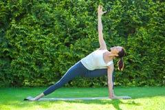 Schöne Frau, die Yoga tut Stockbild