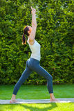 Schöne Frau, die Yoga tut Stockfotos