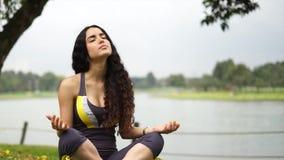 Schöne Frau, die Yoga tut stock footage