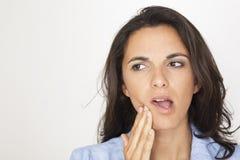 Schöne Frau, die Zahnschmerzen hat lizenzfreies stockbild
