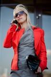 Schöne Frau, die zum Mobiltelefon benennt Stockfotos