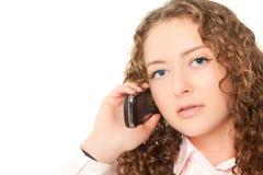 Schöne Frau, die zum Telefon benennt Lizenzfreies Stockfoto