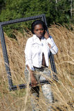 Schöne Frau draußen im hohen Gras (13) Stockfotografie