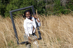 Schöne Frau draußen im hohen Gras (14) Stockfotografie