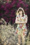 Schöne Frau draußen im Sonnenschein Lizenzfreie Stockfotos