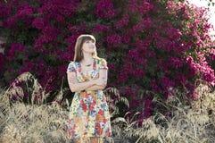 Schöne Frau draußen im Sonnenschein Lizenzfreie Stockfotografie