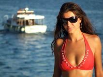 Schöne Frau durch das Meer Stockbild