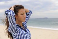 Schöne Frau durch das Meer stockfotografie