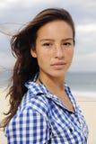 Schöne Frau durch den Strand lizenzfreies stockbild