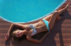 Schöne Frau durch Swimmingpool Lizenzfreie Stockfotografie