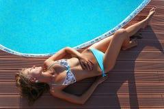 Schöne Frau durch Swimmingpool Lizenzfreie Stockbilder
