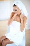 Schöne Frau an einem Badekurort Stockbilder