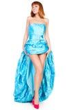 Schöne Frau in einem blauen Kleid und in roten Schuhen Lizenzfreie Stockfotos