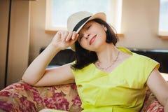 Schöne Frau in einem Hut Lizenzfreies Stockfoto