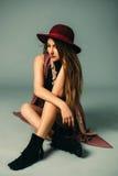 Schöne Frau in einem Hut lizenzfreie stockfotografie