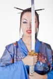 Schöne Frau in einem Kimono mit Samuraiklinge Lizenzfreie Stockfotografie