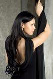 Schöne Frau in einem schwarzen Kleid stockbilder