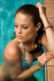 Schöne Frau in einem Swimmingpool. Stockbilder