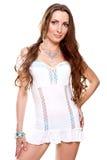 Schöne Frau in einem weißen Kleid Stockbild