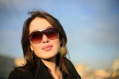 Schöne Frau in einer Stadt Stockfotos