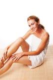 Schöne Frau eingewickelt in einem Tuch Lizenzfreie Stockfotografie