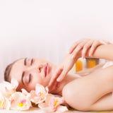 Schöne Frau entspannen sich im Badekurort Stockbilder