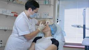 Schöne Frau erhält eine Einspritzung in ihrem Gesicht lizenzfreies stockfoto