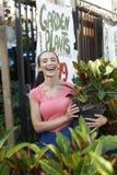 Schöne Frau am Garten-System Lizenzfreies Stockbild