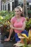 Schöne Frau am Garten-System Stockbilder