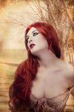 Schöne Frau, gekleidet in der Renaissanceart Stockfotos