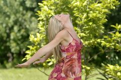 Schöne Frau genießt Natur Lizenzfreies Stockfoto