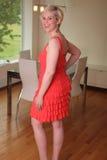Schöne Frau im attraktiven Haus Stockfotos