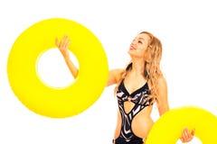 Schöne Frau im Badeanzug mit Gummiringen Lizenzfreie Stockfotos
