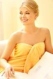 Schöne Frau im Badekurortsalon mit Buch Lizenzfreies Stockfoto