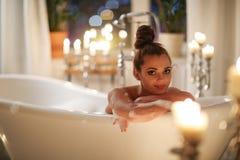 Schöne Frau im Badezimmer Lizenzfreie Stockfotografie