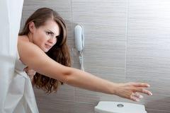 Schöne Frau im Badezimmer, das für somethin streching ist Lizenzfreie Stockbilder
