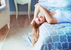Schöne Frau im Bett Stockfoto