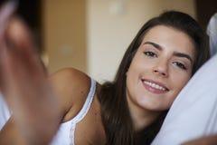 Schöne Frau im Bett Stockfotos