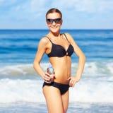 Schöne Frau im Bikini lizenzfreie stockfotografie