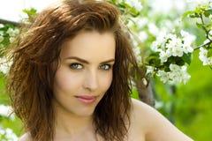 Schöne Frau im Blütenobstgarten stockfotos