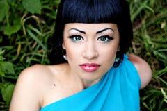 Schöne Frau im blauen Kleid Stockfotografie