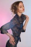 Schöne Frau im blauen Kleid Stockbilder