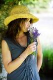 Schöne Frau im Farbton eines Baums Lizenzfreie Stockfotografie