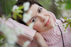 Schöne Frau im Frühjahr Stockfotos