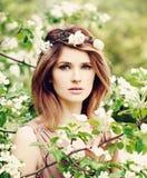 Schöne Frau im Frühjahr stockbilder