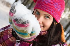 Schöne Frau im Freien im Winter Stockbild