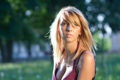 Schöne Frau im Freien am Sommer lizenzfreie stockfotografie
