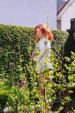 Schöne Frau im Garten Lizenzfreie Stockfotografie