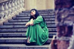 Schöne Frau im grünen Kleid Stockfotos
